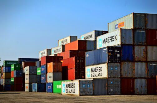 kontenery w porcie morskim